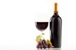 Rotwein im Glas mit Flasche und Weintrauben