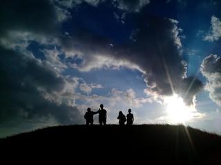 Kinder auf Hügel gegenlicht