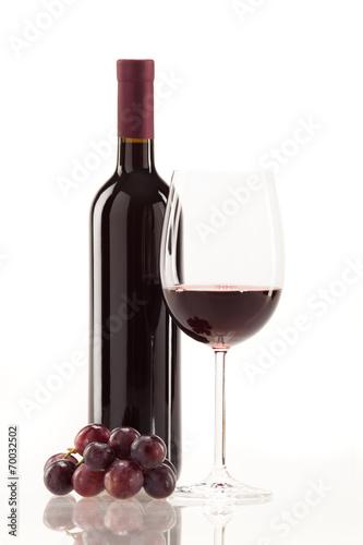 canvas print picture Rotwein im Glas mit Frucht, Blätter und Weinflasche