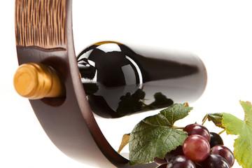 Rotwein im Glas mit Frucht, Blätter und Weinflasche