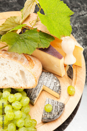 canvas print picture Käseplatte mit Weintrauben und Weissbrot