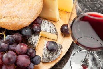 Rotwein mit Käseplatte  Weintrauben und Brot