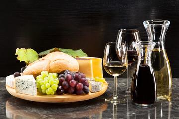 Gourmetspeise, Käseplatte mit Trauben Brot und dazu Wein