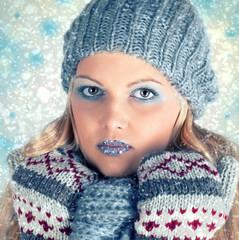 hübsche Frau im Winter