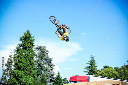 Keuken foto achterwand Fietsen Mountain bike free style athlet make a big jump