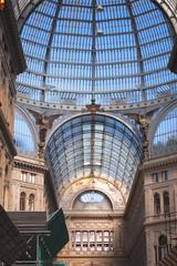 Wnętrze galerii Umberto I w Neapolu, Włochy
