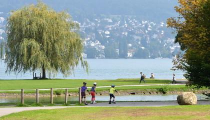 enfanants en skate en bordure du lac de zürich
