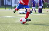 Fototapety Jugendfussballer mit rotem Trikot