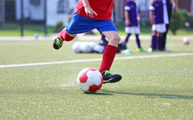 Jugendfussballer mit rotem Trikot