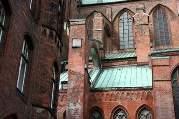 Marienkirche Lübeck, Detail Sonnenuhr am Strebewerk, Seitenschif