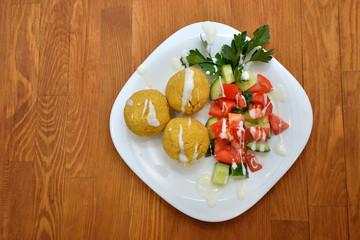Нутовые котлеты со свежими овощами
