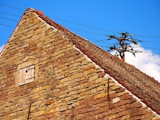 Altes Gebäude mit Sandsteinwand