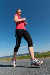 Erwachsene Frau beim Joggen
