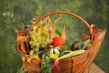 cesto di frutta autunnale