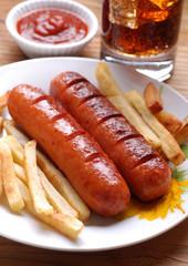 salsiccia di maiale arrostita con patate fritte