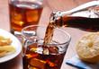 Leinwandbild Motiv versare bevanda analcolica nel bicchiere di vetro