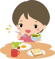 朝食のサラダを食べる女性