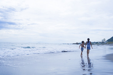 Siblings to walk hand in hand on the beach