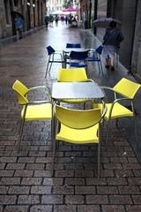Terrasse de café sous la pluie (chaises jaunes)