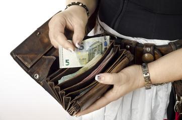 Wiesn Bedienung mit Geldbeutel gibt Wechselgeld