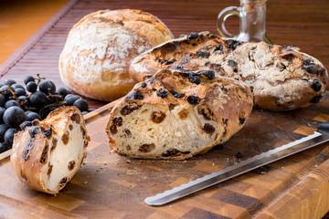 Pane con l'uva sul tagliere di legno