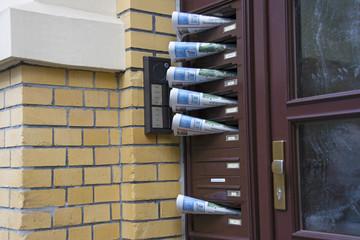 Zeitungen im Briefkasten an Eingangstür