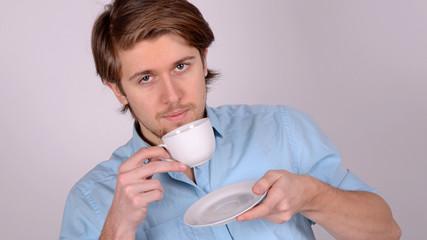 junger mann bei kaffeepause