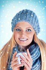 junge Frau mit Tasse im Winter