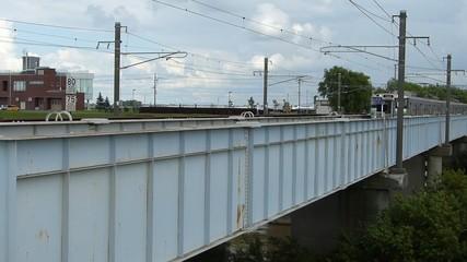 鉄橋を通過する電車の風景_4