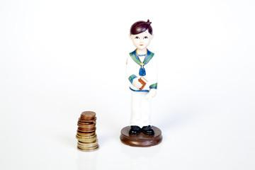 Figura de primera comunión junto a monedas