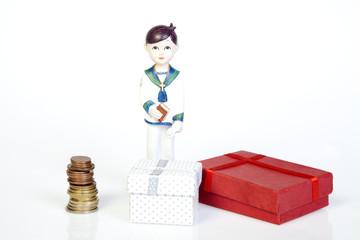 Figura de primera comunión junto a regalos y dinero