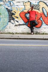 Rapper wartet auf der Strasse
