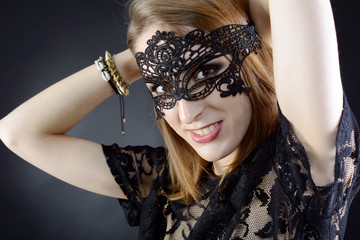 Teenager mit Maske zum Maskenball