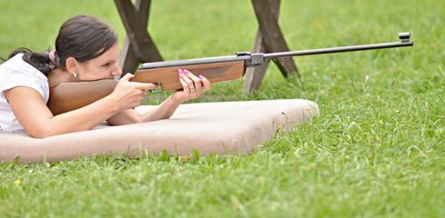 jeune fille avec un pneumatique carabine à air