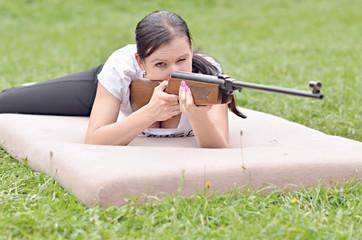 jeune fille visant un pneumatique carabine à air