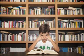 Niño estudiando enfadado