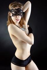 Teilakt mit schwarzer Maske
