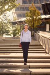 Junge Frau geht Treppe hinab