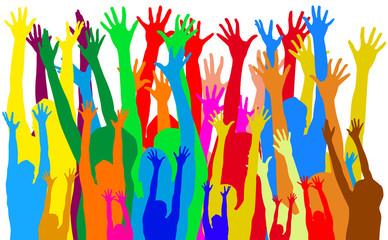 multitude de mains levées au ciel
