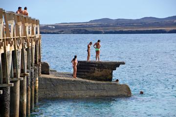 jovenes lanzandose al agua desde el malecon