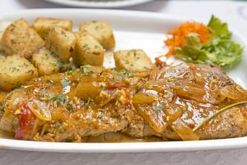 Thunfischsteak mit Beilagen auf einem Teller