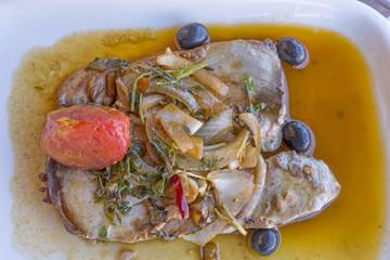 Thunfischsteak mit Soße und Beilagen
