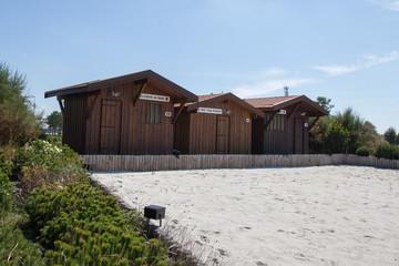 cabanes en bois avec verdure