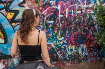 ragazza con sfondo graffito