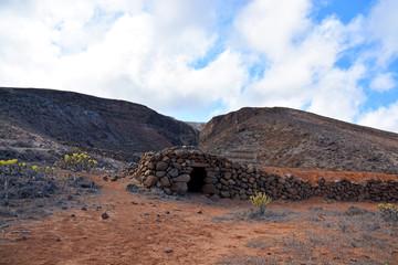 cabaña de piedra en el desierto de lanzarote