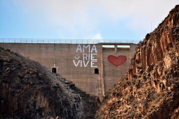 graffiti en una presa en lanzarote