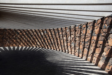 Pavillon aus Stein und Beton mit geometrischem Schatten