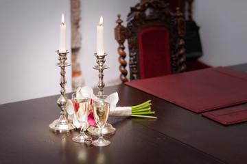 Kerzen und Sekt auf einer standesamtliche Hochzeit