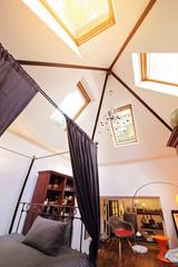 appartement bohème avec fenêtres de toit