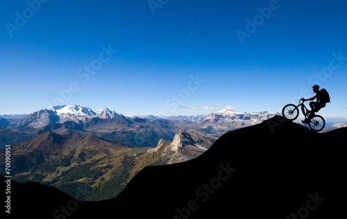 Deurstickers Fietsen Mountainbiker in den Alpen